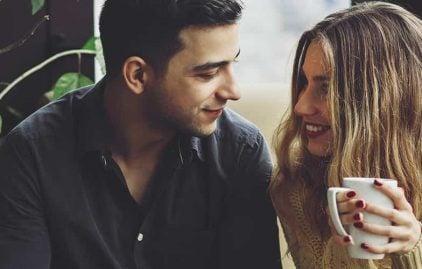Erstes Date: Mann und Frau mit Kaffee in der Hand