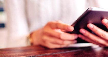 Single ist neu bei Parship - Ausschnitt Mensch mit Tablet in der Hand