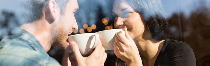 Wegblicken oder Blickkontakt halten beim Flirten?