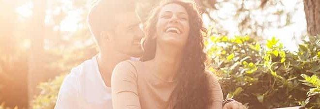 Flirttipps: Frau lachend in den Armen eines Mannes