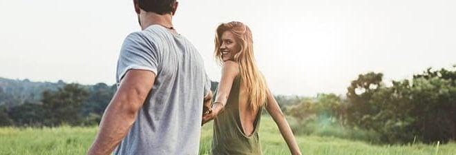 Was wollen Männer: Mann geht Hand in Hand mit Frau