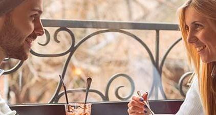 Frau und Mann im Café haben ihr zweites Date