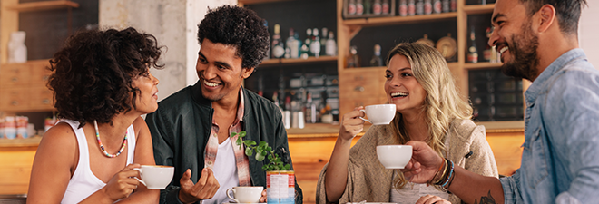 Parship Mitglieder: Vier Personen sitzen im Café