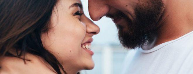 Ich liebe dich sagen: Mann will Frau küssen