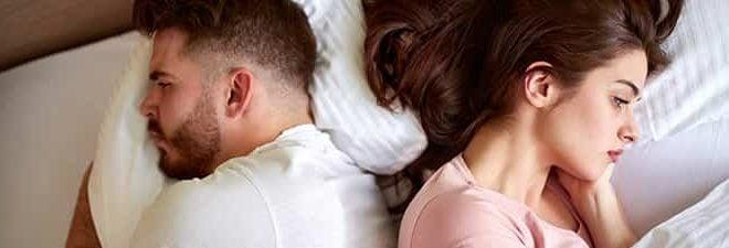 Mann und Frau voneinander abgewandt wegen Beziehungsproblemen