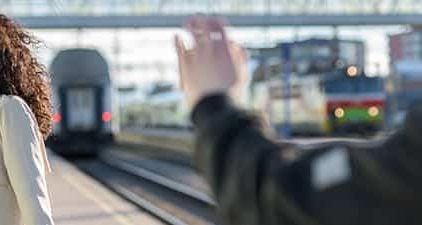 Fernbeziehung: Frau winkt zum Abschied