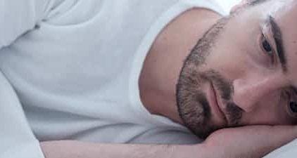Trennungsangst: Mann liegt im Bett und denkt nach