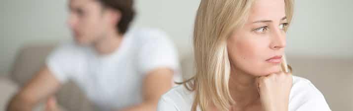 Beziehungspause: Mann und Frau schauen in verschiedene Richtungen