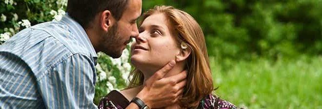 Erstes Date Kuss zwischen Mann und Frau