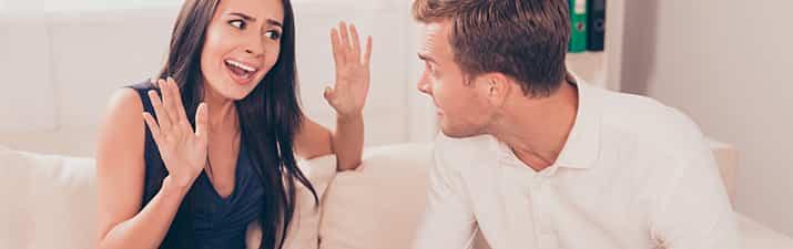 Beziehungskrise zwischen Mann und Frau im Wohnzimmer