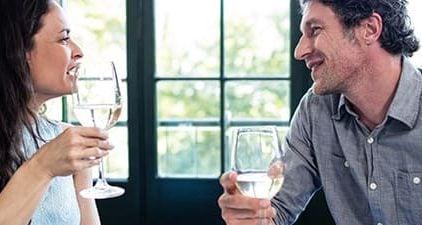 Mann und Frau amüsiert beim Essen befolgen Date Regeln