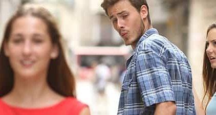 Fremdflirten: Mann schaut neben seiner Freundin anderer Frau hinterher.