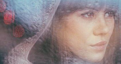 Einsamkeit überwinden - Frau schaut nachdenklich aus dem Fenster