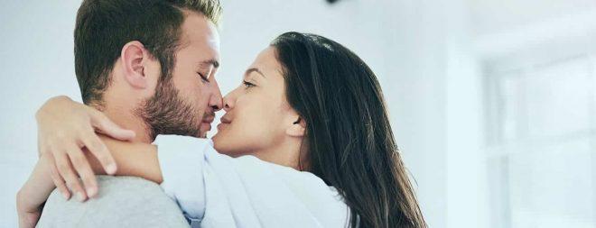 Liebessucht - Frau umarmt Mann