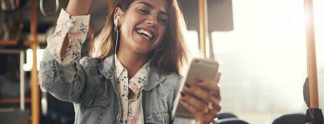 Frau am Handy bearbeitet Parship Profil
