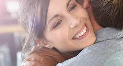 Frau gibt man einen Korb und umarmt ihn zum Abschied
