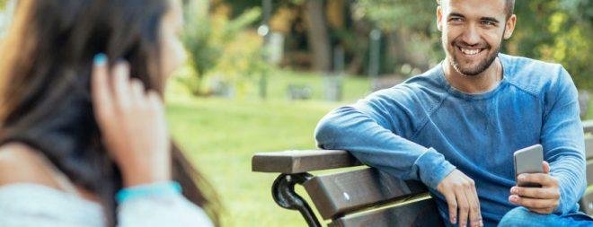 Liebe auf den ersten Blick - Mann auf der Parkbank schaut Frau an