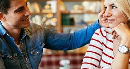 Mann streichelt Frau und benutzt Flirtsprüche