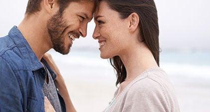 Mann und Frau schauen sich in die Augen als Zeichen für wahre Liebe
