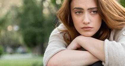Frau schaut traurig - sie will sich entlieben