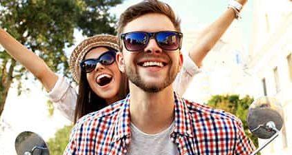 Mann und und Frau auf Vespa als Zeichen für Freundschaft oder Liebe