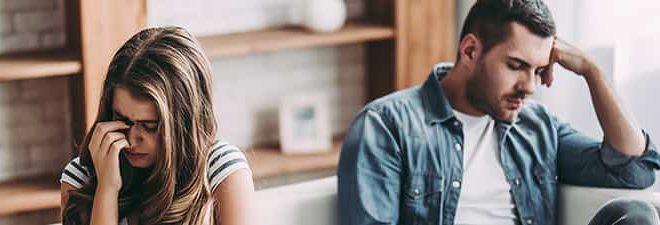Mann und Frau voneiander abgewandt haben eine unglückliche Beziehung