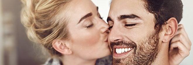 Kussarten: Mann küsst Frau