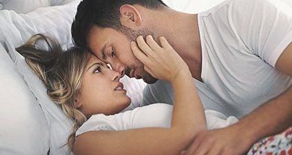 Sexuelle Anziehung: Frau und Mann im Bett