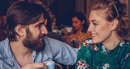 Flirtsignale zwischen Mann und Frau beim Date