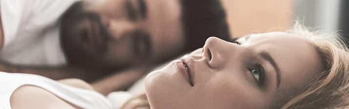 Sex mit dem Ex: Frau liegt ratlos neben ihrem Verflossenen im Bett.