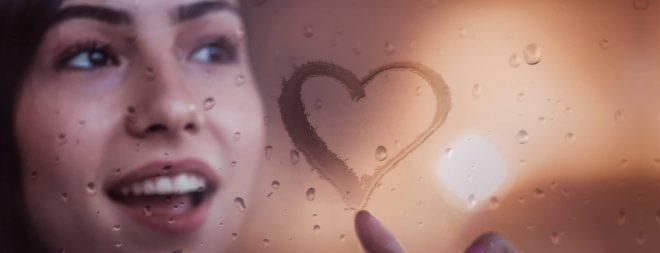 Frau malt Herz