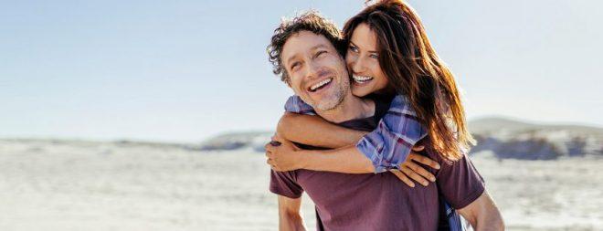 Glückliches Pärchen hat sich bei der Partnersuche ab 40 gefunden