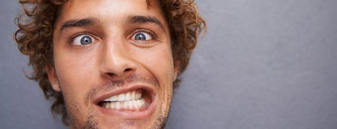 Mann mit Peter Pan Syndrom zieht kindsche Grimasse