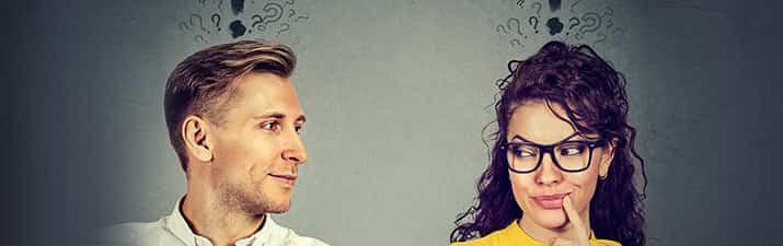 """Mann und Frau mit Fragezeichen fragen sich: """"Beziehung ja oder nein?"""