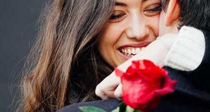 Liebe gestehen - Mann schenkt Frau eine Rose
