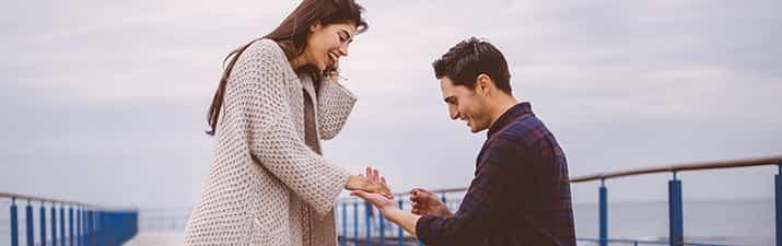 """Mann hält Ring in der Hand und fragt sich:""""Ist sie die richtige?"""