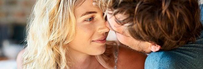 Monogamie: Frau und Mann schauen sich tief in die Augen