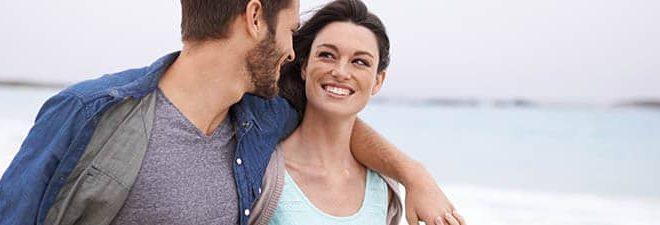 Mann und Frau glücklich am Strand, haben sich bei einer Partneragentur kennengelernt