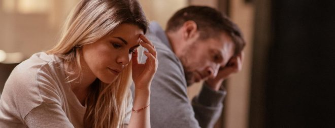 Mann und Frau besorgt