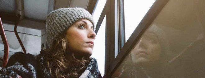 """Frau sitzt in der Bahn, schaut aus dem Fenster und fragt sich """"Vermisst er mich?"""""""