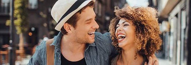 Wohin beim ersten Date? Mann und Frau schlendern eng umschlungen durch die Stadt