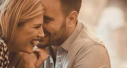 Frau will Mann verführen indem sie sich ihm annähert und er ihr ins Ohr flüstert