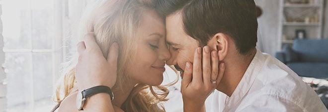 Mann und Frau fühlen was Liebe ist da sie ihre Köpfe eng aneinander schmiegen