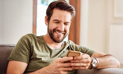 Mann lächelt