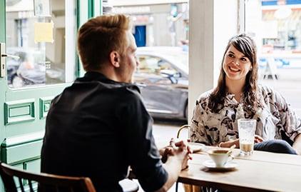 Mann und Frau sprechen und lachen